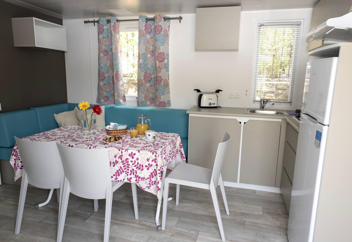 Liguri bungalow mobil homes diano marina camping bloemenriviera mobile homes liguria - Kitchenette met stoelen ...